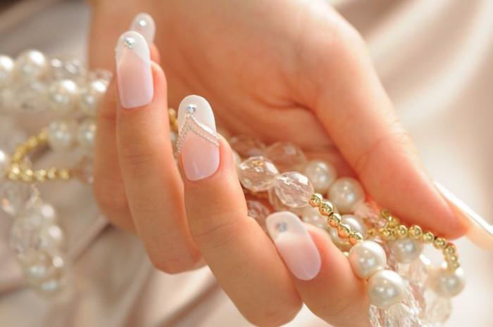 diseños de uñas de gel francesas para novias, uñas muy largas en rosado suave y blanco con cristales decorativos