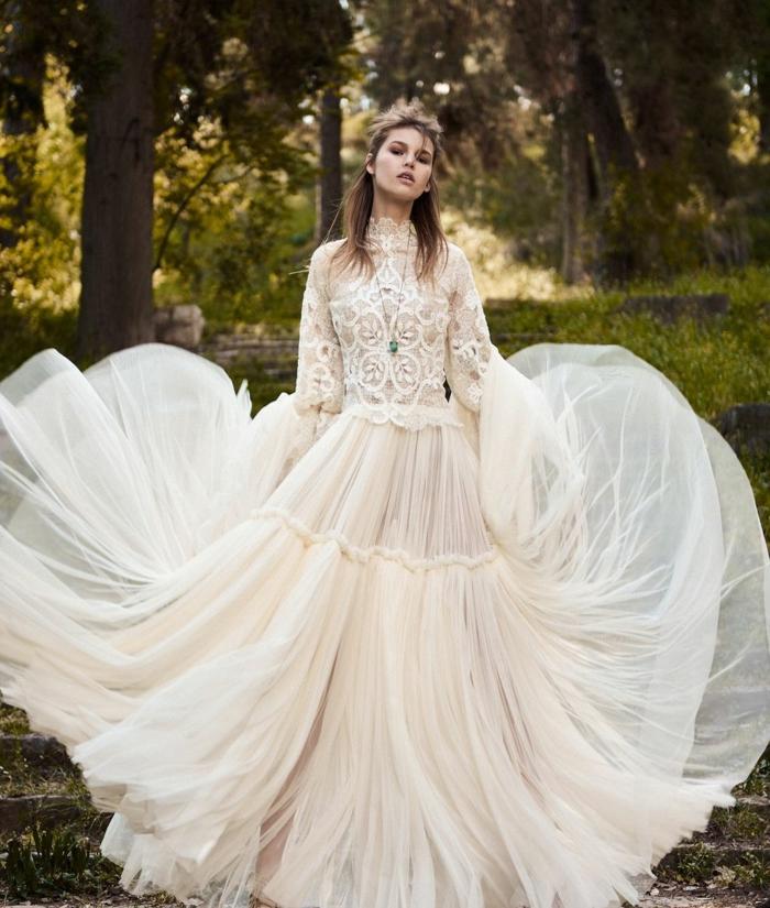 diseños de vestidos blancos ibicencos, vestido largo con falda de tul en color marfil, parte superior de encaje