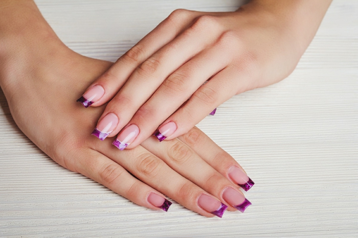 uñas de gel francesas muy largas en forma cuadrada, base transparente y puntas en lila brillante