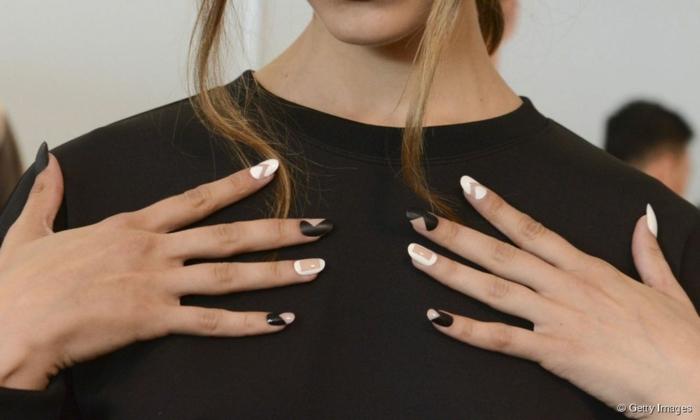 preciosos diseños geométricos uñas francesas invertidas, uñas de gel decoradas en blanco y negro