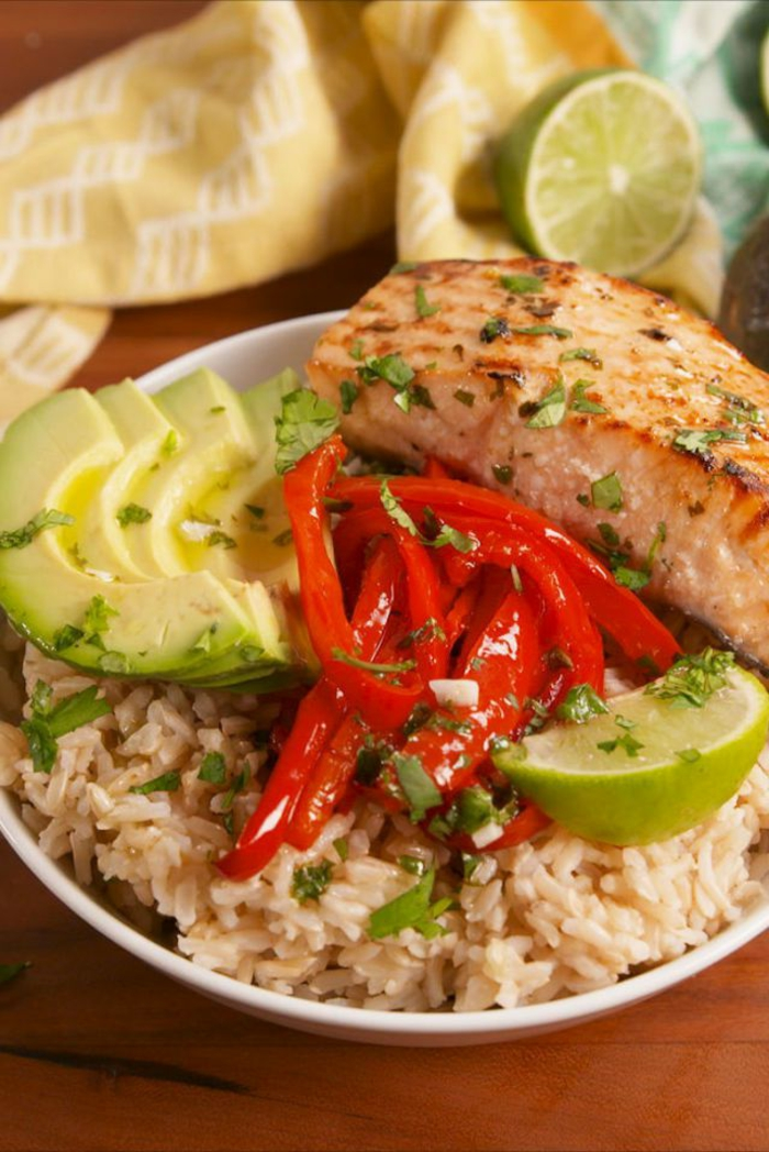 salmón al horno con aguacate, lima, arroz y pimientos rojos, ideas de cenas rapidas y saludables