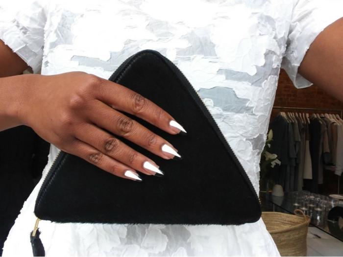 extravagante diseño en blanco y negro, uñas de gel francesas modernas, uñas largas muy afiladas
