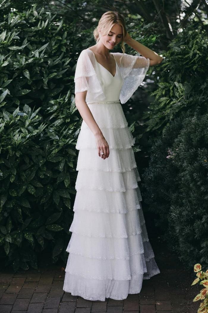 precioso diseño con falda en capas y parte superior con mangas transparentes encima del codo