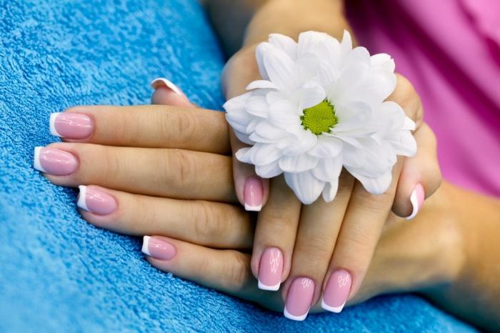 diseño clásico uñas en gel decoradas francesas, base en rosado y línea delgada en blanco