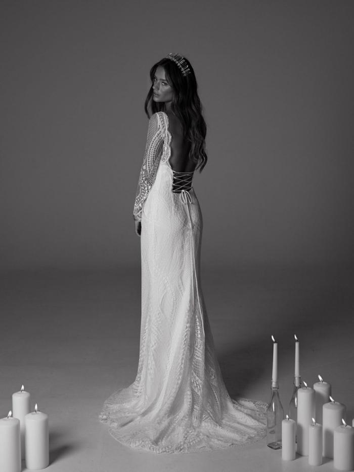 precioso diseño vestido con espalda descubierta, diseño de encaje con larga falda y mangas semitransparentes