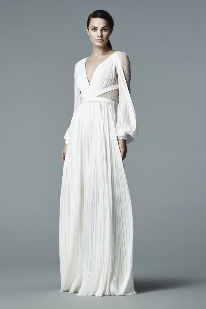 diseño espectacular de un vestido novia ibicenco en blanco roto, escote en v y falda larga en pliegues