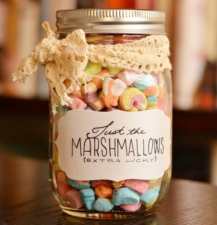 frasco de vidrio lleno de marshmalllows coloridos, cosas que que regalar a una amiga