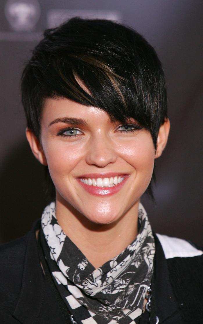 peinados con flequillo, Ruby Rose con el pelo corto negro con el flequillo ladeado, sonrisa bonita