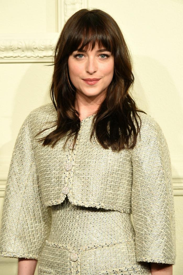 peinados media melena flequillo, actriz de 50 sombras de Grey con el pelo largo con flequillo y castaño