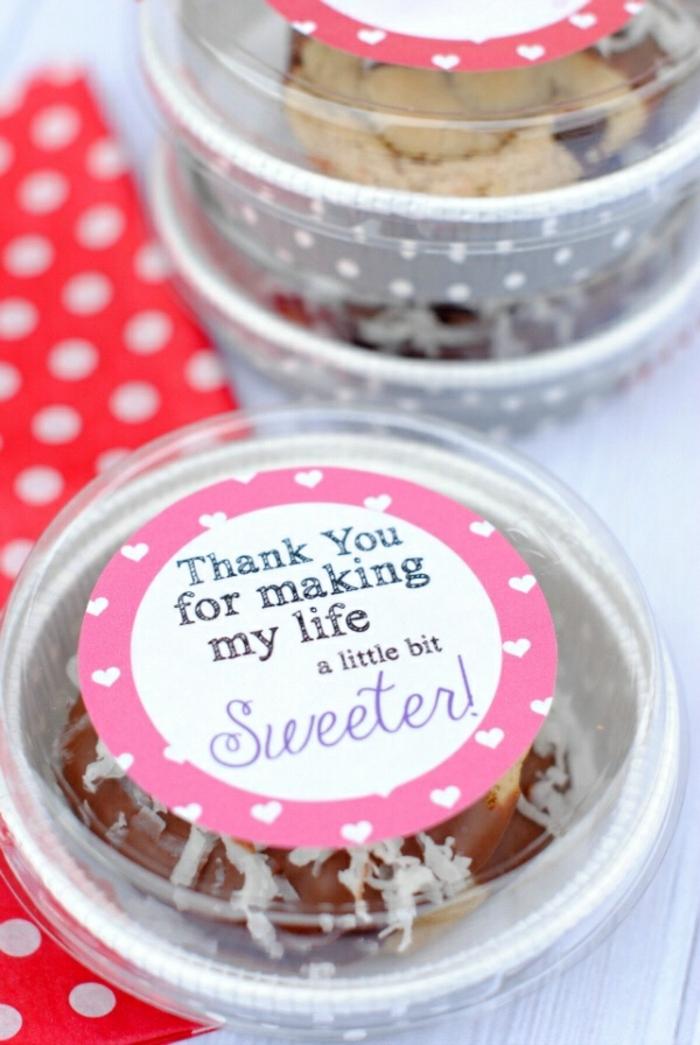 ideas sobre que regalar a una amiga que quieres mucho, pasteles con mensaje de amor