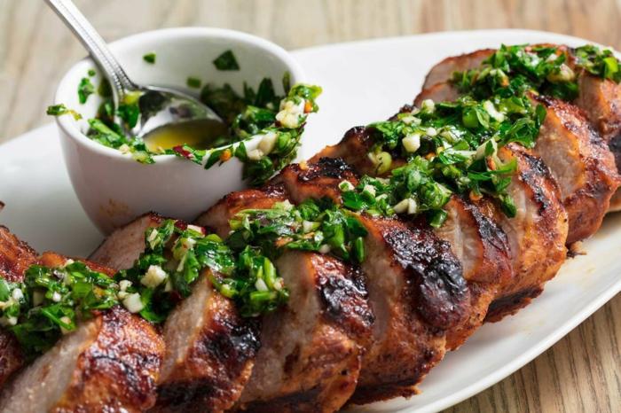 ideas de cenas rapidas y faciles con carne, carne de cerdo al horno con salsa de ajo y perejil