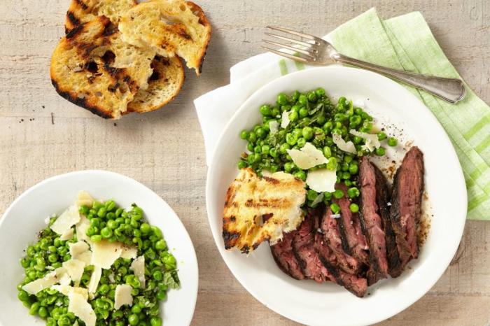 recetas faciles para cenas en fotos, carne de ternera con guisantess cocidos y tostadas
