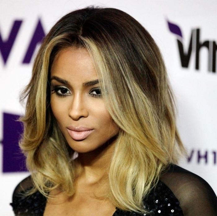 castaño claro con mechas, Ciara una morena con mechas rubias que enmarcan el rostro de forma natural