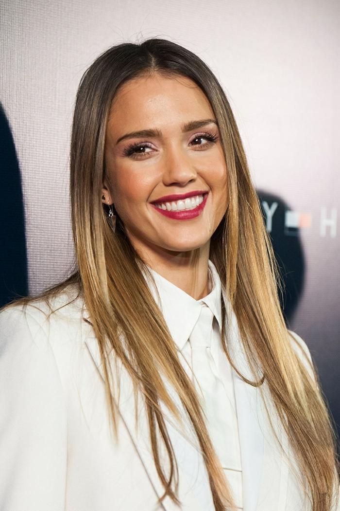castaño claro con mechas, Jessica Alba con el pelo largo con mechas rubias, raya en el medio y pelo liso