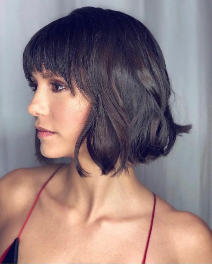peinados con flequillo, Nina Dobrev con el pelo corto ondulado, peinado bob chop con flequillo y ondulaciones