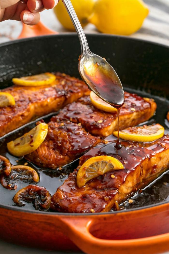 filetes de salmón a la sartén con salsa barbacoa y limón, cenas rapidas y faciles en fotos