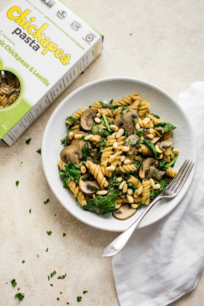 ricas ideas de pasta, recetas faciles y rapidas para comer, pasta con hongos, espinacas y manis