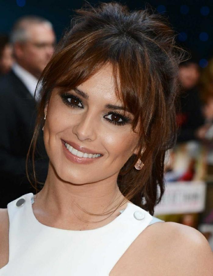 trenzas con flequillo, Cheryl Cole con flequillo con raya en el medio, vestido blanco de tirantes gruesos