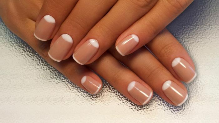 ideas uñas diseño manicura francesa clásica en beige y blanco con media luna, uñas en gel decoradas