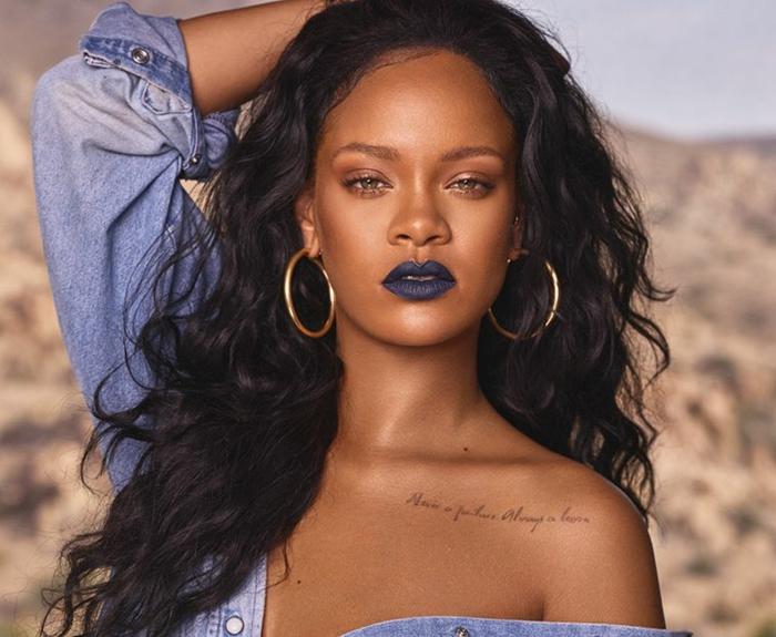 color caoba pelo rihanna, una cantante, modelo y actriz sensual con el pelo largo negro y rizado