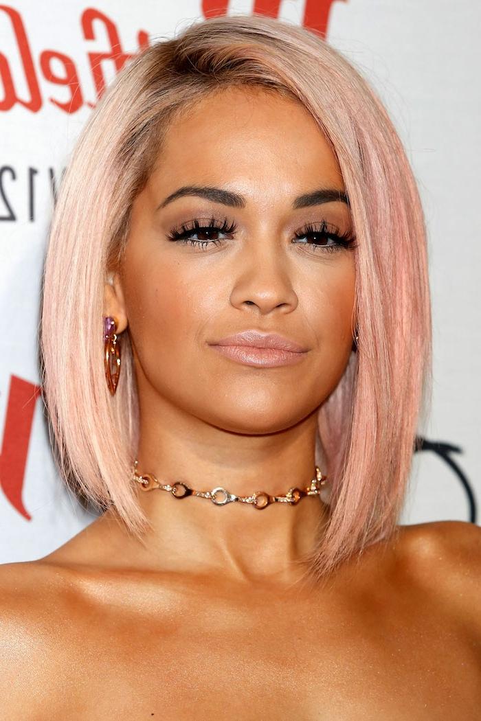 Chica con corte de pelo corto, media melena, color rosa dorado con raíces negras, color de pelo para morenas
