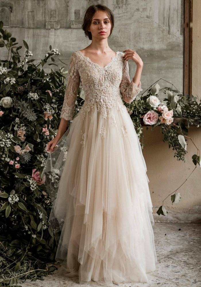 vestido novia ibicenco diseño de encanto color marfil con falda de tul en capas y parte superior de encaje