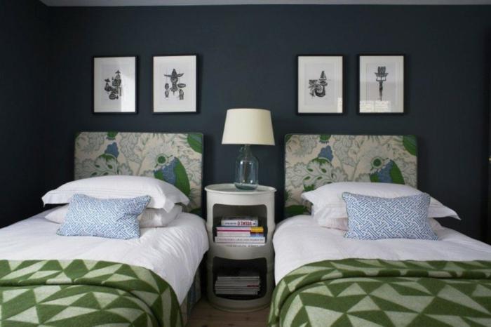 colores habitación, pared en color azul marino, dos camas con mantas de figuras geometricas en verde