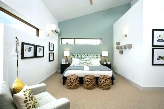 colores habitacion pintada de color blanco y azul con suelo en marrón, con cuadros y taburetes de madera