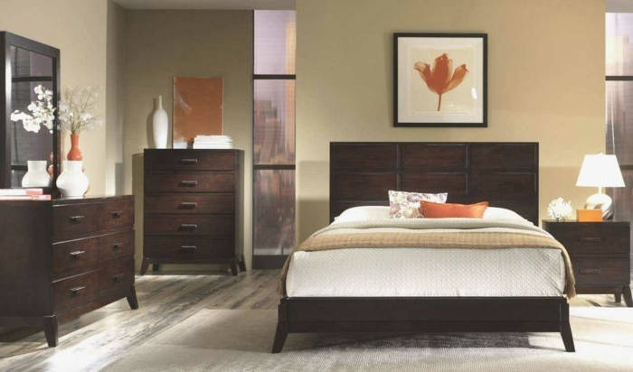 como decorar una habitacion matrimonial en colores marrón, naranja y beige, cuadro con flor naranja y jarrones