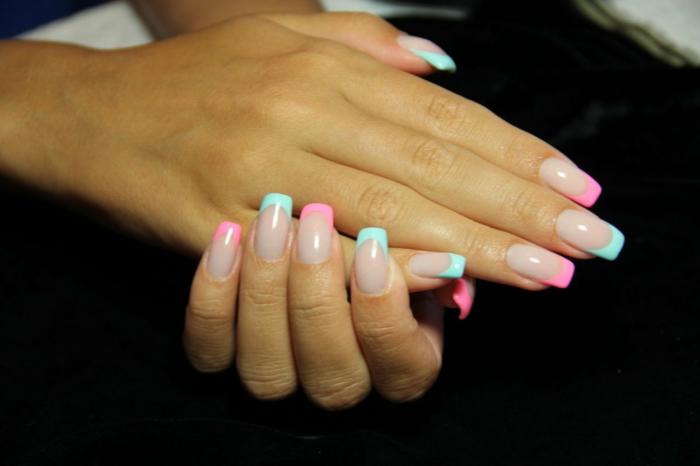 uñas de gel decoradas largas de forma cuadrada con puntas en rosado y verde menta