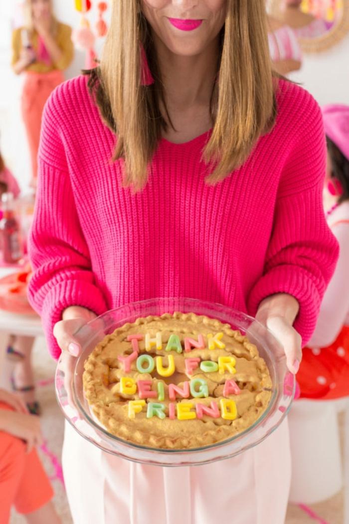 preciosa tarta sorpresa con letras coloridas, como hacer regalos originales para amigas