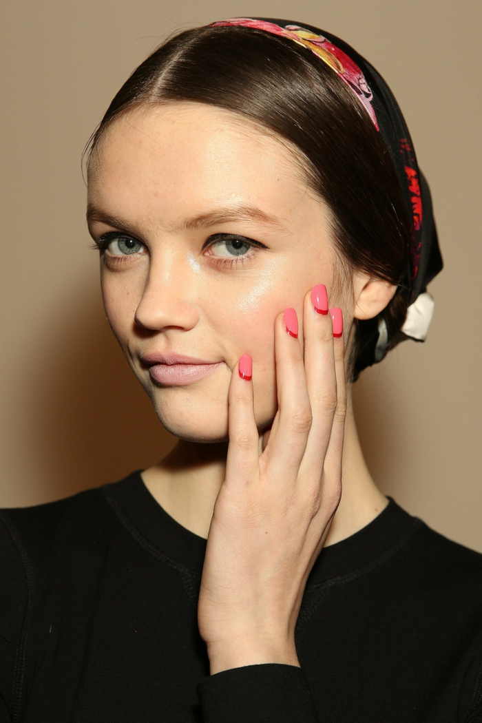 uñas de gel decoradas con media luna, uñas ovaladas cortas en rosado con puntas en rojo fuego
