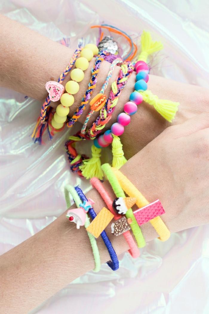 ideas sobre que regalar a una amiga, pulseras en diferentes colores con cuentas originales hechas a mano