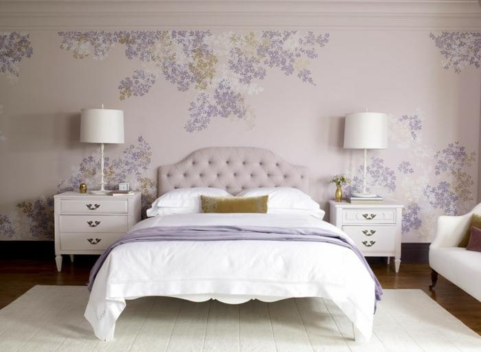 habitacion matrimonial con cama con cabecera de cuero en lila claro, mesas de noche con lamparas blancas