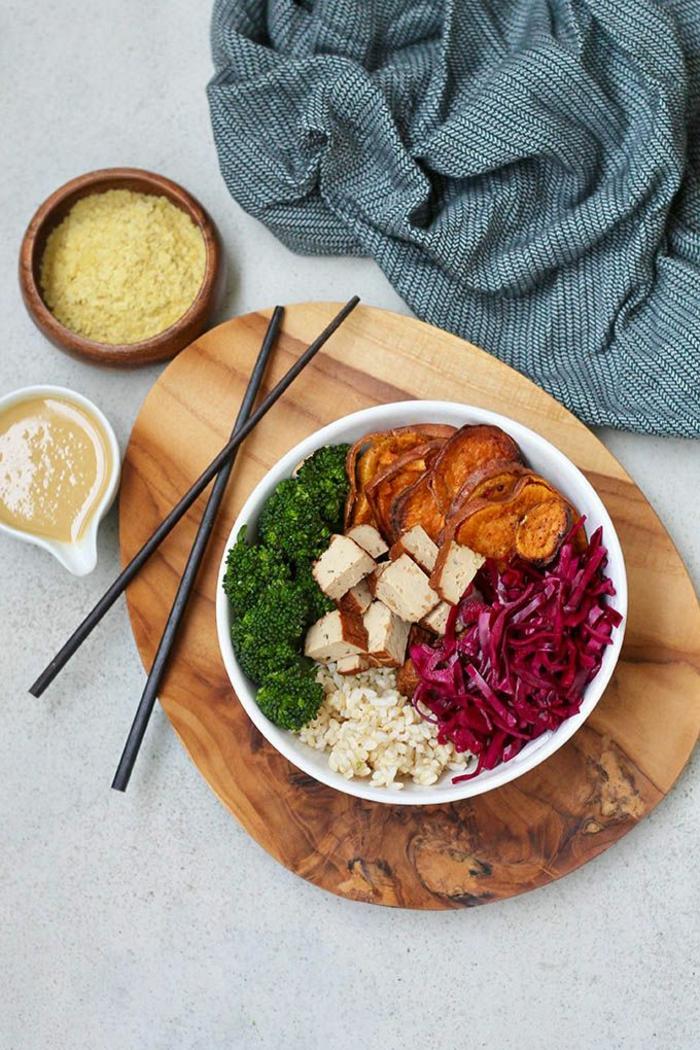 cenas ligeras y rapidas con verduras, remolacha, brocoli y arroz marrón, ideas para un menú saludable