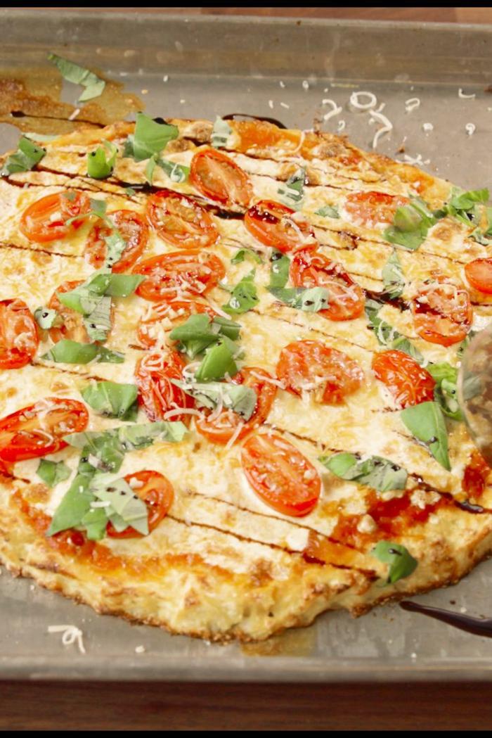 pizza casera de coliflor, receta saludable y rica, ideas de cenas rapidas y faciles en fotos