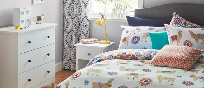 decoracion dormitorios moderna, sábanas y almohadas en estampados coloridos, armario funcional en blanco