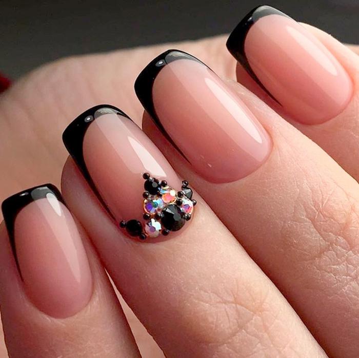 uñas french con puntas en negro alargadas, uñas en gel decoradas con pequeños cristales, decoracion uñas francesas