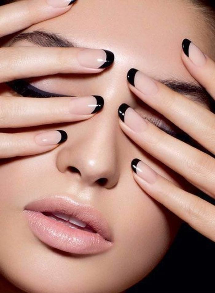diseño elegante y sencillo, uñas en gel decoradas, base en tono nude transparente y puntas en negro