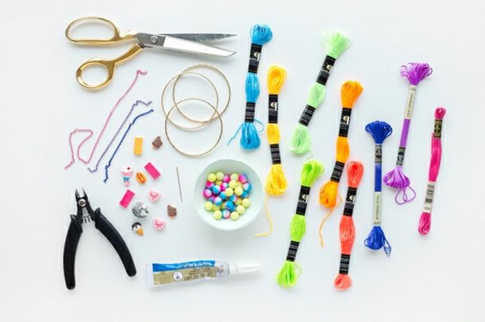 materiales necesarios para hacer pulseras DIY que regalar a una amiga, hilos y cuentas decorativos