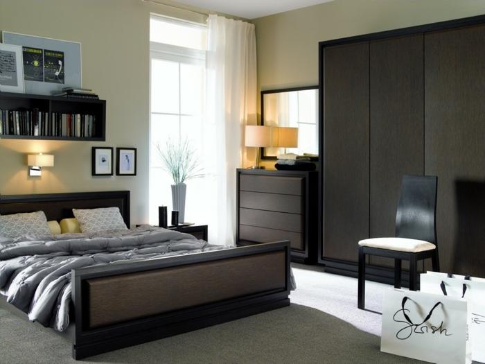 como pintar una dormitorio con paredes en amarillo claro o beige, cama de madera en marrón oscuro