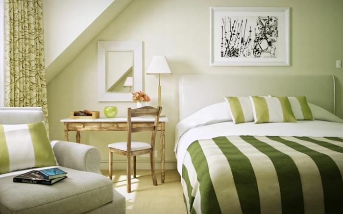como pintar una dormitorio con colores en verde, cama con sábanas de rayas en verde y blanco, cuadro en blanco y negro