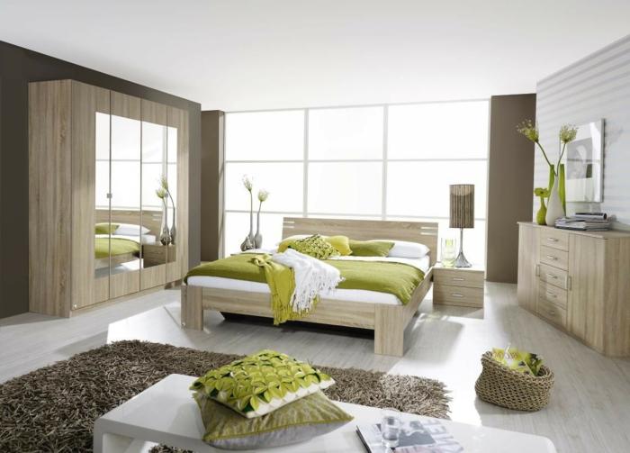 como pintar una habitacion en marrón, suelo de parquet con cama de madera en verde, blanco y amarillo