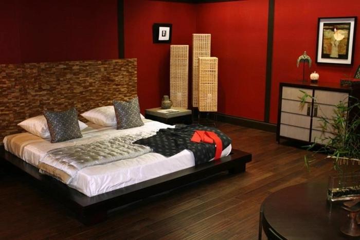 como pintar una habitacion de matrimonio con paredes rojas y armario con pueras, cama con sábanas blancas