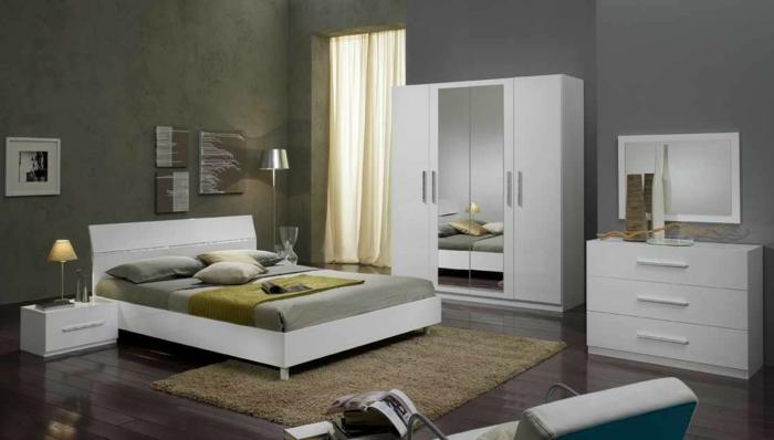 como pintar una habitacion, muebles de dormitorio en blanco con espejos en el armario y alfombra