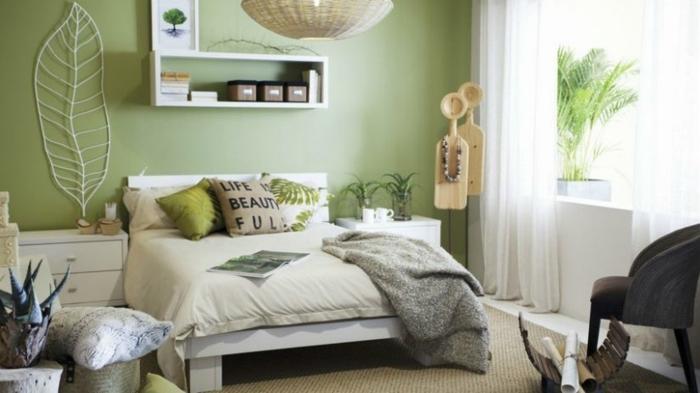 como pintar una habitacion en tonos verdes, cama blanca con cojines en verde y blanco, decoración