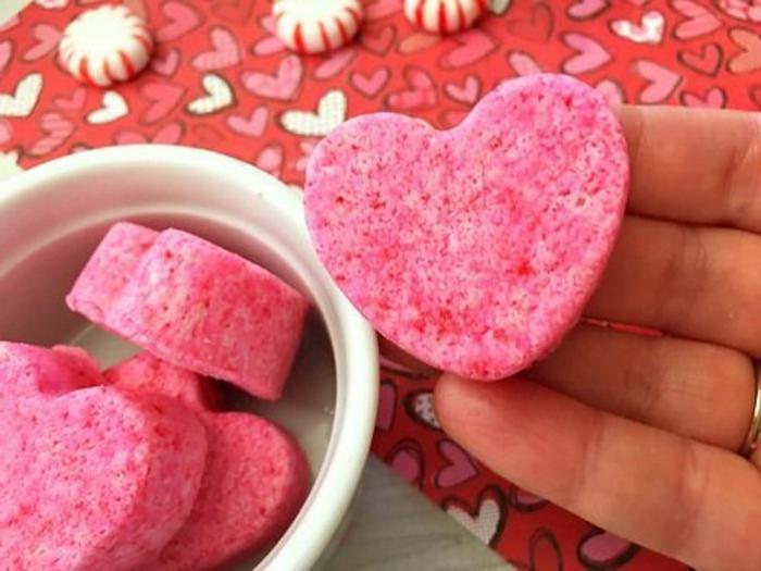 regalos originales para amigas bonitas ideas, jabón casero hecho en forma de corazón paso a paso