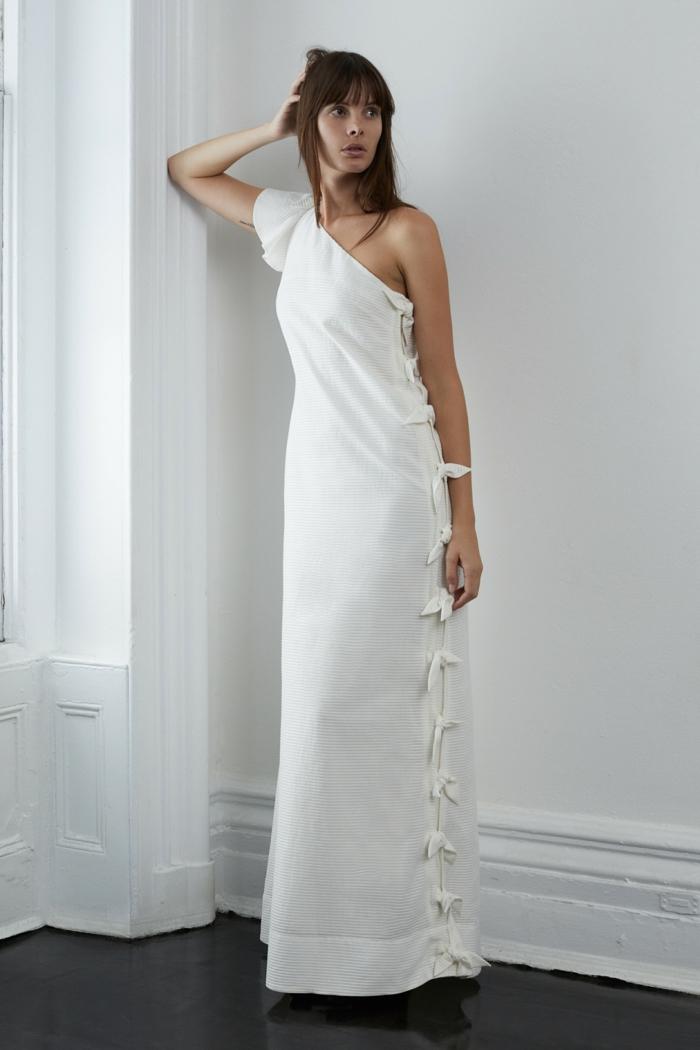 diseño sencillo vestido novia ibicenco, detalle asimétrico, corte de vestido recto con moños decorativos