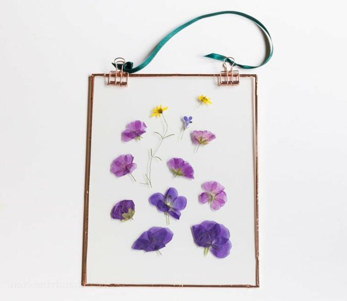 bonitas ideas de regalos originales para amigas, cuadro decorativo de cristal con marco de metal y flores en color lila