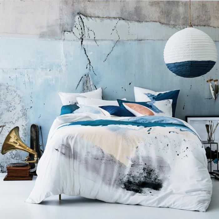decoración moderna con toques vintage, muchos cojines decorativos y lámpara moderna, habitacion matrimonio